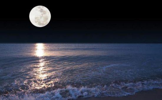 """Kekeliruan Manusia: """"Bulan Bercahaya dengan Sendirinya"""""""